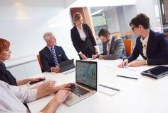 La gente di affari raggruppa sulla riunione Immagine Stock