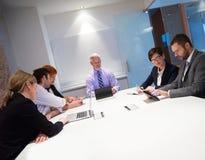 La gente di affari raggruppa sulla riunione Fotografia Stock