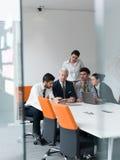 La gente di affari raggruppa sulla riunione all'ufficio startup moderno Immagine Stock