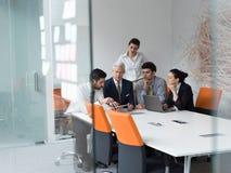 La gente di affari raggruppa sulla riunione all'ufficio startup moderno Fotografie Stock Libere da Diritti