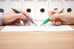 La gente di affari sta esaminando il documento sulla tavola Immagini Stock Libere da Diritti