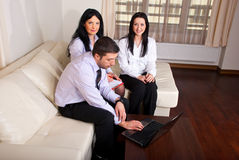 La gente di affari team il sofà di seduta Fotografie Stock Libere da Diritti