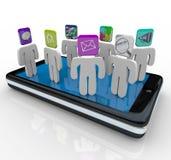 La gente di App che si leva in piedi sul telefono astuto Fotografie Stock