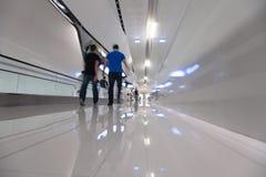 La gente di Blured fa un passo in avanti su un corridoio bianco Fotografie Stock