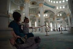 La gente di città di Astana sul tappeto nella moschea del sultano di Hazrat fotografia stock libera da diritti