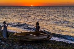 La gente di città di estate al tramonto Fotografie Stock