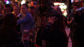 La gente di dancing al partito di via di Freemont a Las Vegas del centro - città di Las Vegas Nevada/USA archivi video