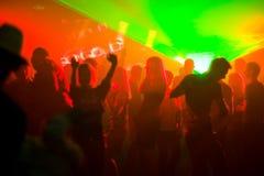 La gente di Dancing all'indicatore luminoso rosso della discoteca Immagine Stock Libera da Diritti