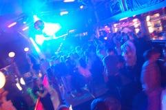 La gente di Dancing del randello di notte della discoteca Immagini Stock Libere da Diritti