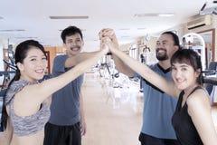 La gente di diversità fa il gesto di mano di livello cinque Fotografie Stock Libere da Diritti