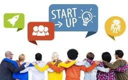 La gente di diversità inizia sul concetto di amicizia di lavoro di squadra Immagini Stock Libere da Diritti