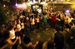 La gente di festival di primavera di Hidrellez che balla sulle vie Fotografie Stock Libere da Diritti