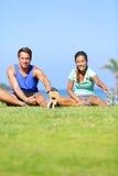 La gente di forma fisica - coppie che allungano gli esercizi Fotografia Stock