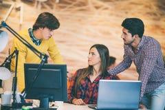 La gente di giovane impresa raggruppa il lavoro come gruppo per trovare la soluzione al problema Fotografia Stock Libera da Diritti