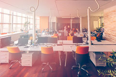 La gente di giovane impresa raggruppa il lavoro di ogni giorno di lavoro all'ufficio moderno Fotografie Stock Libere da Diritti