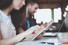 La gente di giovane impresa raggruppa il lavoro di ogni giorno di lavoro all'ufficio moderno Immagine Stock