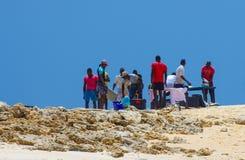 La gente di giro locale e nel Mozambico Immagine Stock