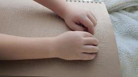 La gente di istruzione con le inabilità, simboli leggenti di Braille della persona cieca che toccano le protuberanze stock footage