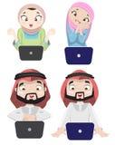 La gente di Khaliji che usando Internet 3 Fotografia Stock Libera da Diritti