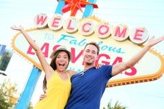 La gente di Las Vegas - accoppi incoraggiare felice dal segno Immagine Stock