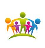 La gente di lavoro di squadra che abbraccia logo della famiglia Immagini Stock