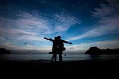 La gente di libertà che vive una vita felice libera alla spiaggia Immagine Stock Libera da Diritti