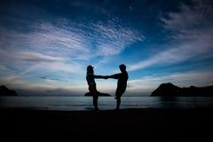 La gente di libertà che vive una vita felice libera alla spiaggia Immagine Stock