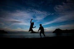 La gente di libertà che vive una vita felice libera alla spiaggia Immagini Stock Libere da Diritti