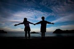 La gente di libertà che vive una vita felice libera alla spiaggia Fotografia Stock