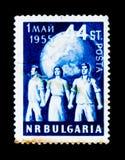 La gente di manifestazioni del francobollo della Bulgaria difende la pace, il giorno internazionale dei lavoratori, circa 1955 Immagine Stock