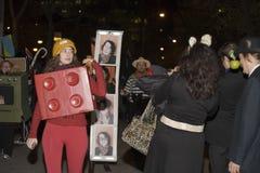 La gente di parata di Halloween Immagini Stock