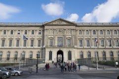 La gente di PARIGI, FRANCIA davanti all'entrata del Cour Carrée, uno dei cortili principali del Louvre fotografie stock libere da diritti