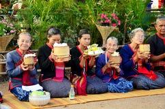 La gente di Phu tai che prepara alimento ed almsgiving con riso appiccicoso Fotografie Stock