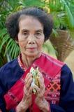 La gente di Phu tai che prepara alimento ed almsgiving con riso appiccicoso Fotografie Stock Libere da Diritti