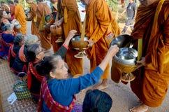 La gente di Phu tai che prepara alimento ed almsgiving con riso appiccicoso Fotografia Stock Libera da Diritti