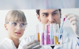 La gente di scienza in laboratorio luminoso Fotografia Stock