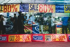 La gente di Unknow al grande sportware di vendita dalla grande cabina di sport No fotografia stock