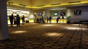 La gente di Unrecognize cinema 21 dentro un centro commerciale XXI i cinema ? i secondi fotografia stock