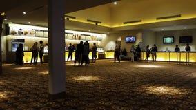 La gente di Unrecognize cinema 21 dentro un centro commerciale XXI i cinema ? i secondi fotografia stock libera da diritti