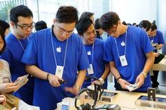 La gente di vendite nella memoria del Apple Fotografia Stock