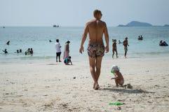 La gente di viaggio sulla spiaggia Immagine Stock Libera da Diritti