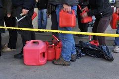 La gente dice nella riga per gas Immagini Stock Libere da Diritti