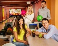 La gente dietro la tavola nel club di bowling fotografia stock