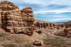 La gente discende al fondo del canyon di Charyn Immagini Stock Libere da Diritti