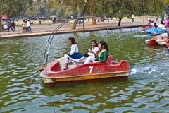 La gente disfruta de canotaje encendido Fotografía de archivo libre de regalías