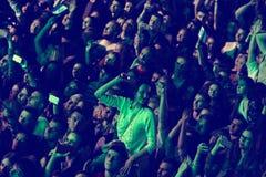 La gente disfruta de concierto de rock en un estadio Imagen de archivo libre de regalías