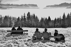 La gente disfruta de la vista panorámica de las montañas en invierno Austria, Europa Imagen de archivo libre de regalías