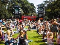 La gente disfruta de música en Hyde Park Imagenes de archivo