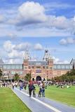 La gente disfruta de un día de verano en el cuadrado del museo, Amsterdam, Países Bajos Foto de archivo libre de regalías