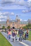 La gente disfruta de un día de verano en el cuadrado del museo, Amsterdam, Países Bajos Fotografía de archivo